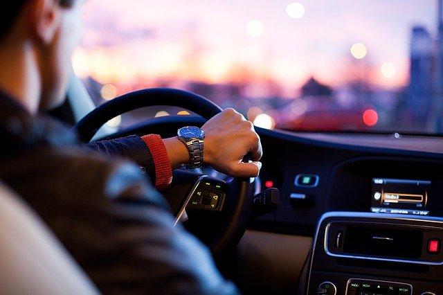 Persona conduint per la ciutat