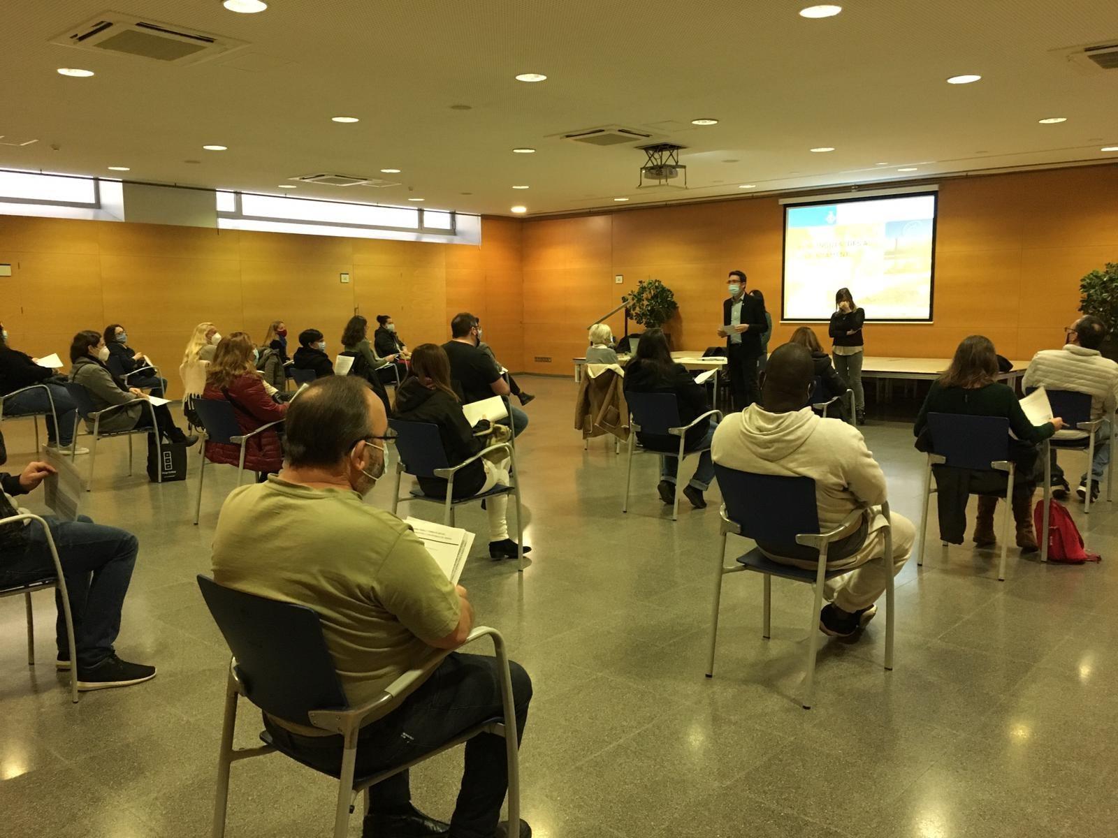 El regidor d'Ocupació i Empresa, Sergi Morales, dona la benvinguda a les 25 persones en situació d'atur contractades per l'Ajuntament. Foto Ajuntament