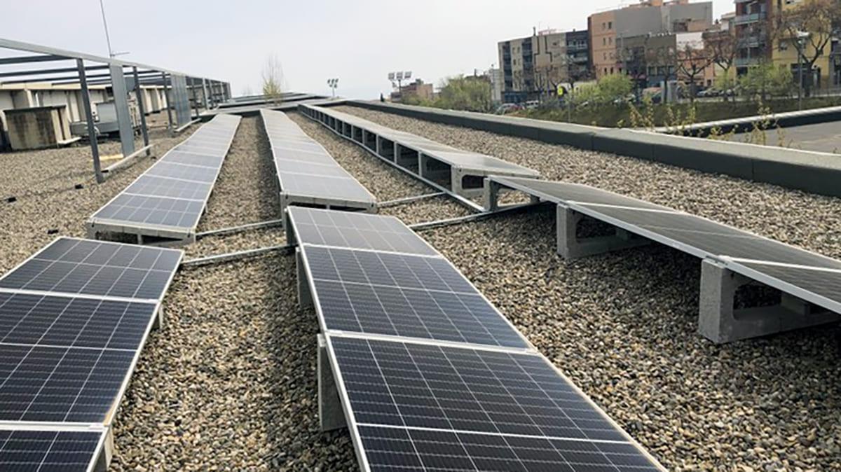 Plaques fotovoltaiques a la coberta de l'Escola Marta Mata de Mataró