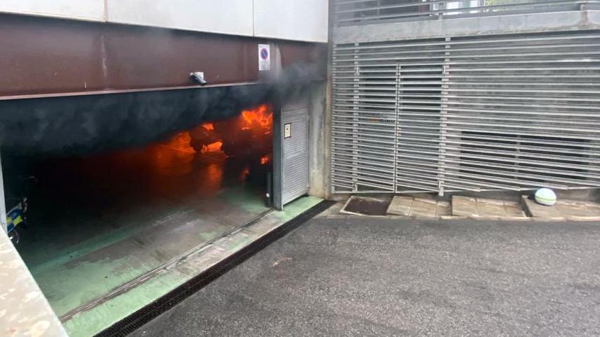 Incendi d'una motocicleta elèctrica a l'aparcament de la Comissaria de la Policia Local